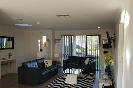 Hawker BnB - Pet Friendly 3BR T/House