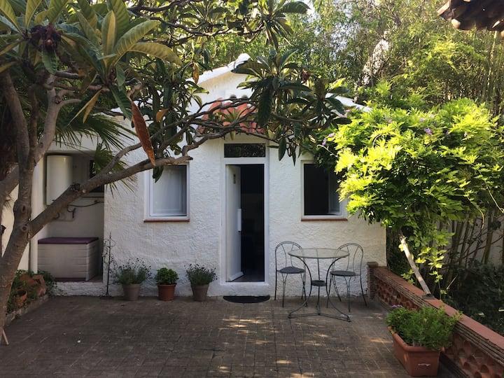 Encantadora pequeña casa de invitados
