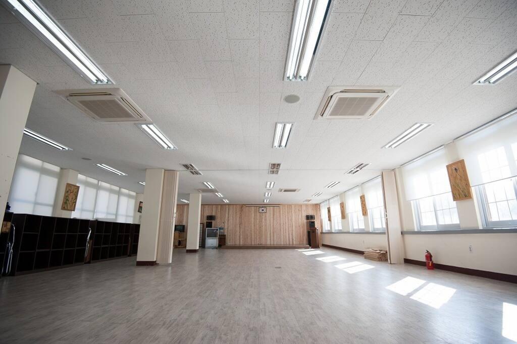 학교 건물 리모델링으로 넓은 강당