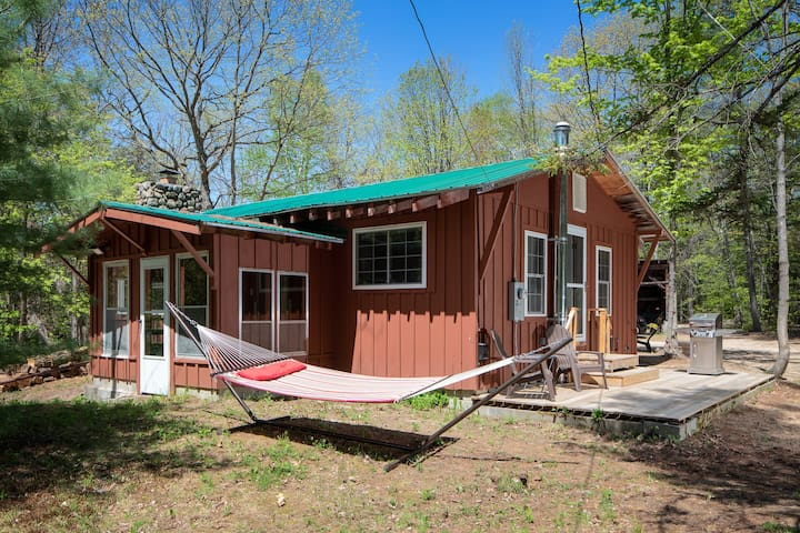Hideaway next to the woods & 5 min walk to town!