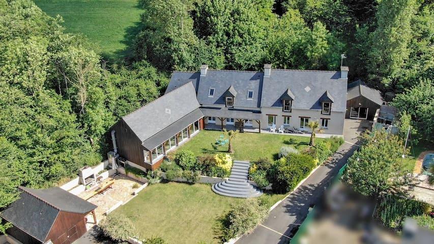 Superbe villa de 380 m2 avec piscine sur la rance