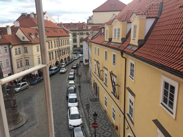 Compact apartment, 1 min walk to Charles Bridge!