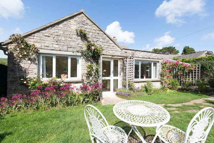 Delightful Bungalow, Sleeps 8 Perfect for families