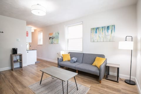 ELM HAVEN- small town, luxury suite in the Square