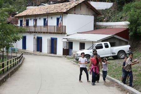 Hostal La Embajada - San Juancito - 独立屋