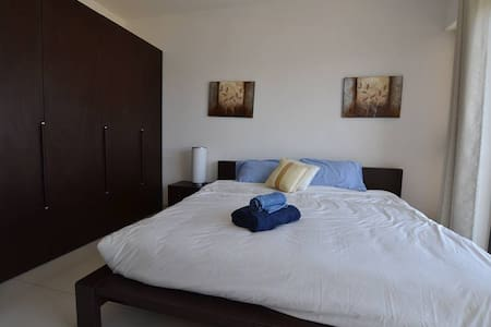 Bright air-conditioned room, sunny penthouse - Gzira