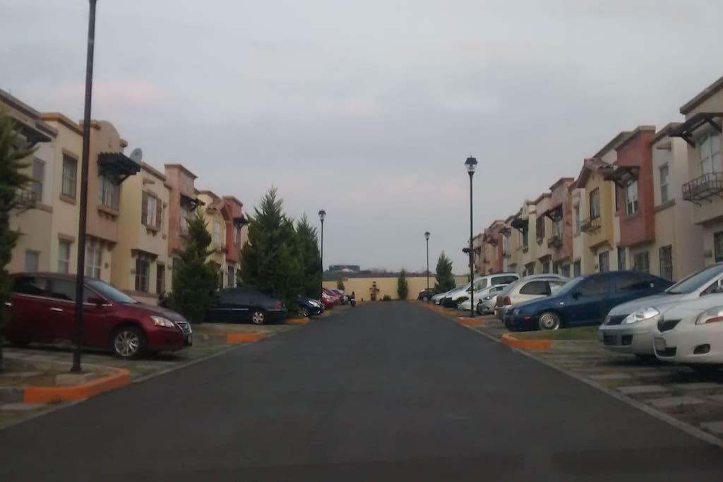 Privada muy tranquila y con buenos vecinos, con cajones de estacionamiento para visitantes en la parte de afuera.