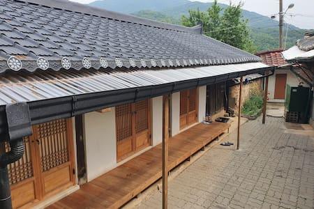 일영 빨간기와집 뒷채(한옥)