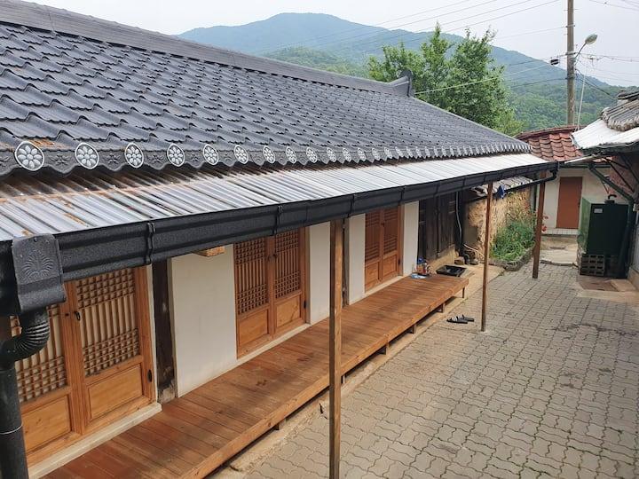 일영 빨간기와집 뒷채(한옥)/ 퇴근박 캠핑