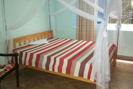 MOMBASA COMFY BUDGET PRIVATE ROOM 15MINS TO BEACH.