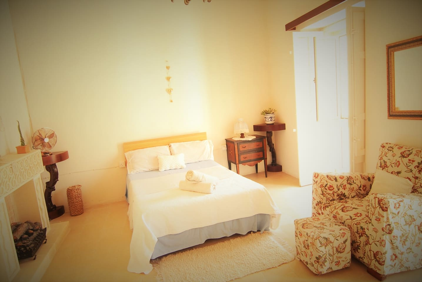Queen Room - A comfortable double-size bed, high ceilings, wide spaces and lots of light: enjoy your time and relax during your holidays!
