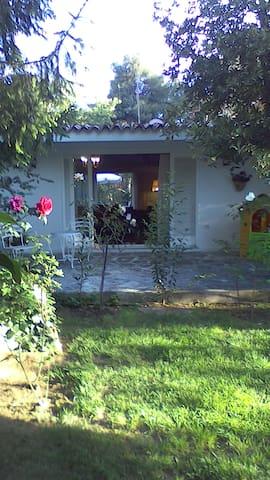 Μονοκατοικία με κήπο, Εκάλη
