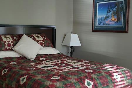 Alaska Experience Lakeside Lodge- Alaska room - Wasilla