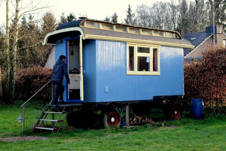 De romantische pipowagen dateert uit de veertiger jaren.