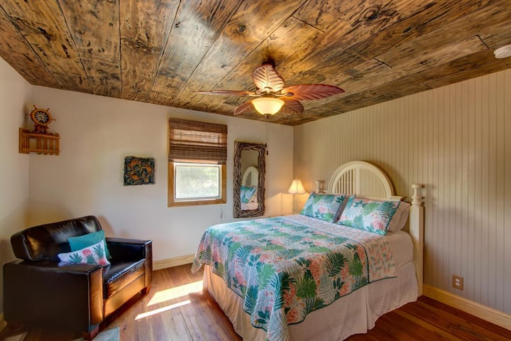 The Hideaway - extras,  hot tub, private deck