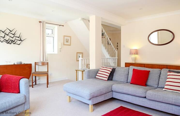 The Landing in Hythe Sleeps 7, A welcoming two-storey seaside house, spacious for families and groups to enjoy.