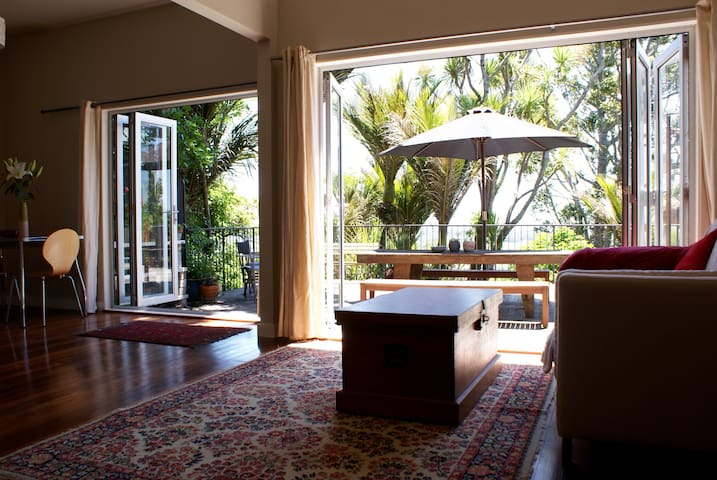 Secluded Treetop Studio - Nikau Suite - Waimauku - Bed & Breakfast