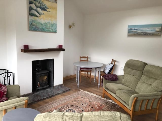 2 bed cottage, 10 minutes walk to Old Head Beach