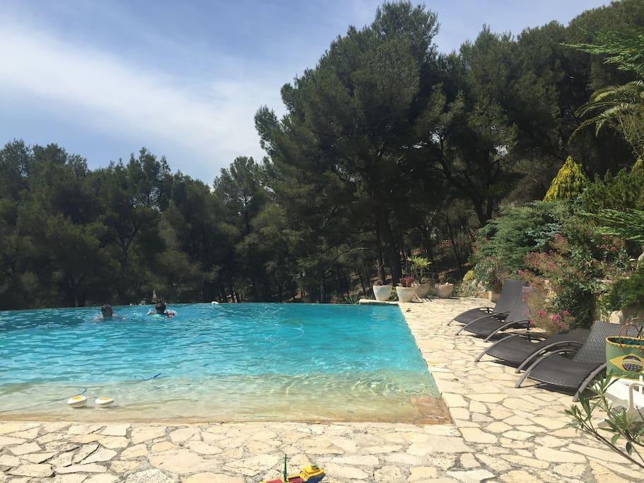 Plage à la piscine à débordement , sans vis à vis!