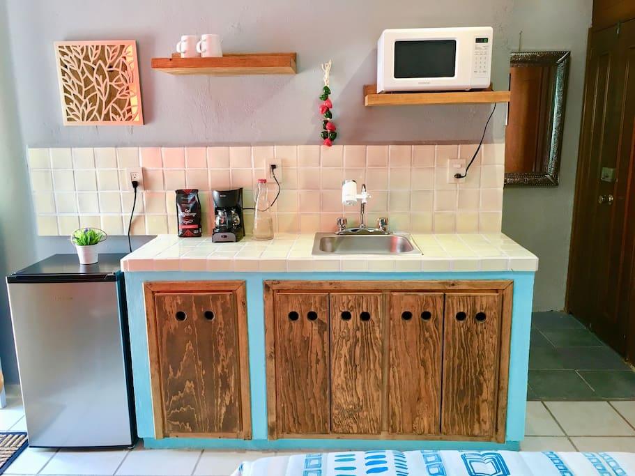 El apartamento cuenta con una pequeña cocina, la cual está equipada con frigobar, filtro de agua, cafetera, horno de microondas, etc.
