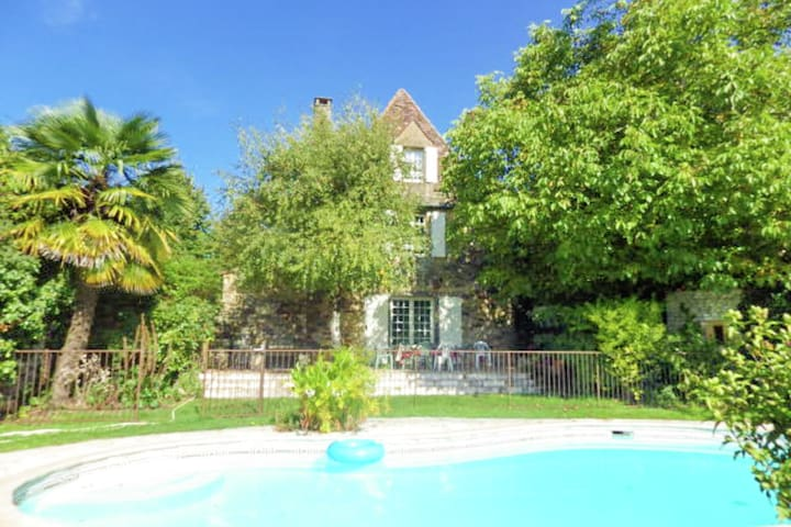 Typically, wel decorated house with private pool and guest house.