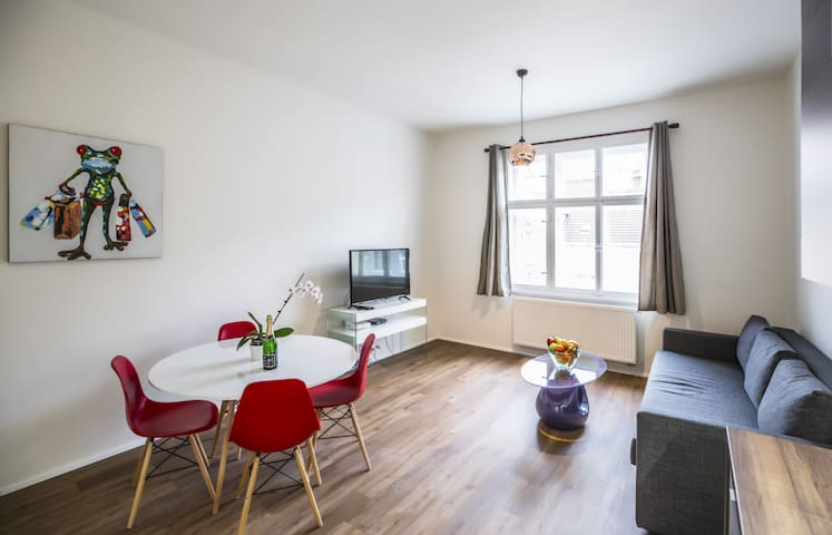 Spacious Modern 1 Bedroom Apartment, with Balcony, close to Old town⭐ (2-4 adults)