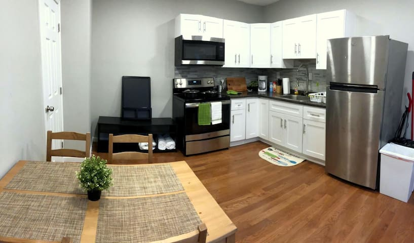 Modern Decor | Sleeps 8 | 2 BDRM | 1 Bath