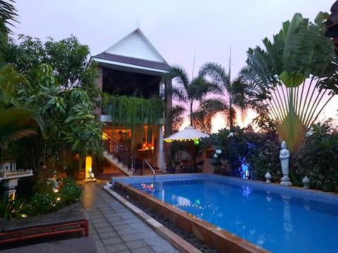 En drømmende, frodig, åpen villa med et nytt basseng