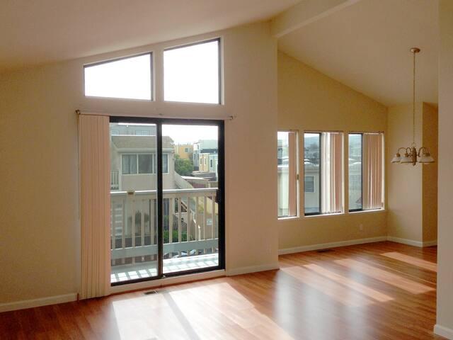 Spacious Room & Living Space, 20-25 mins to SF&SFO