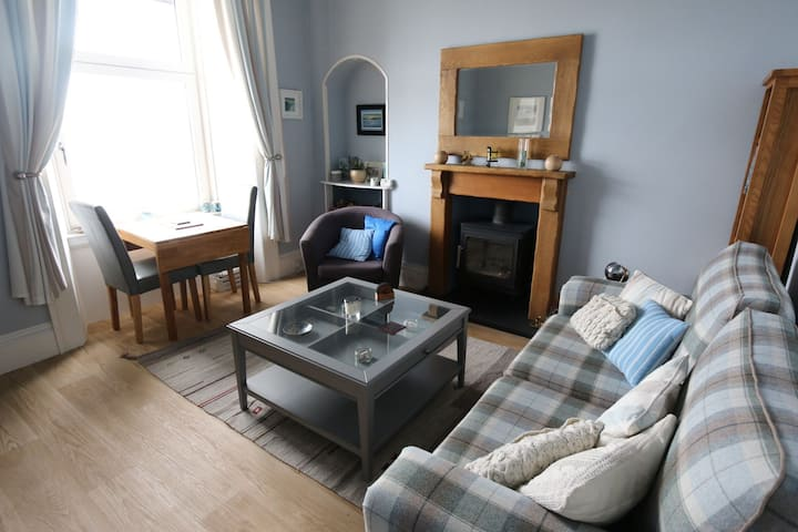 Superb sea view, cosy, clean. King comfort for 2.