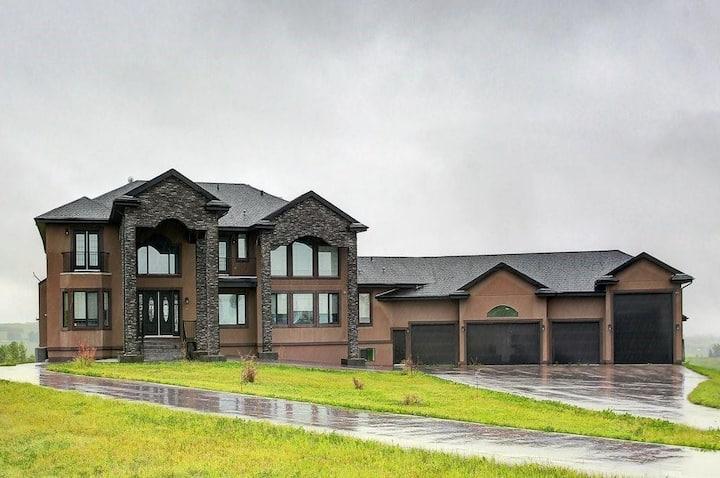 Stunning South Calgary Home, sleeps 22