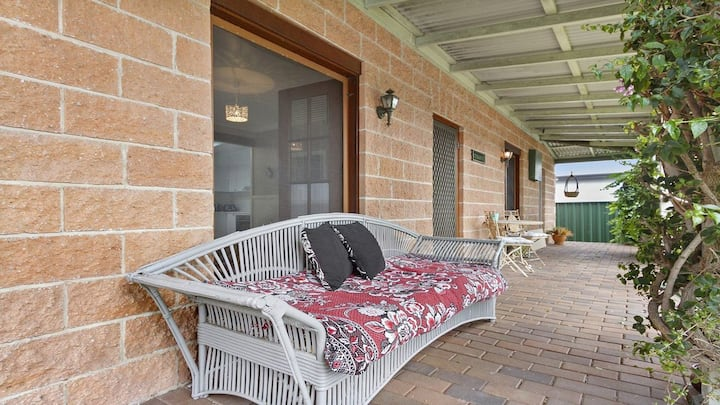 Cudgee - quaint cottage with separate cabin