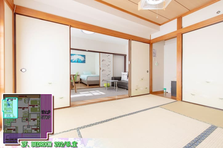 If you want to sleep on a tatami room, you need to inform us in advance, otherwise we will lay beds randomly according to the number of people. No enough space in the tatami room  for all the people to sleep. 希望睡榻榻米,需提前告知,否則按人數隨機鋪設床位。無法讓全部客人睡在和室,請理解。