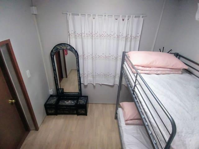 102호 객실. 2층침대로 아이들이 좋아하는 공간입니다.