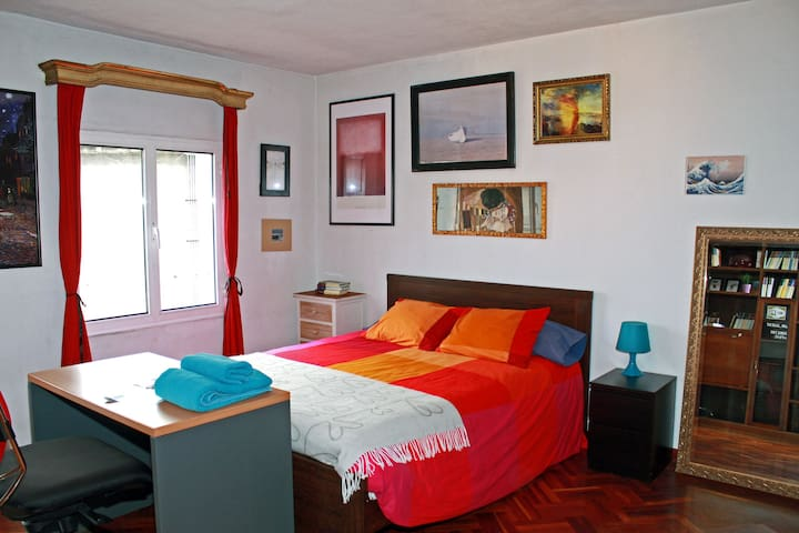 Huge room and private lounge - Gijón - Bed & Breakfast