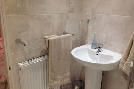 Ensuite double room. Parking. Railway + bus nearby - Hampshire - Hus
