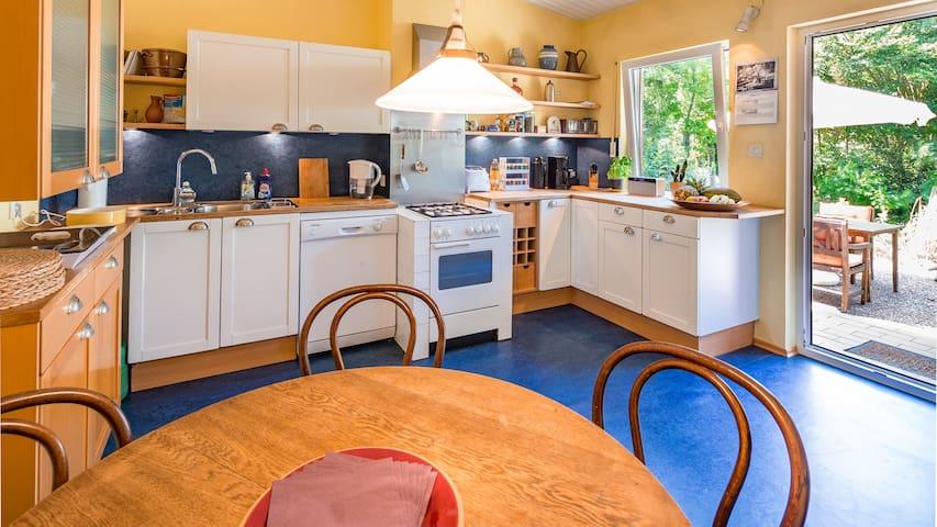Wohnküche mit ausziehbarem Tisch für 6 Personen
