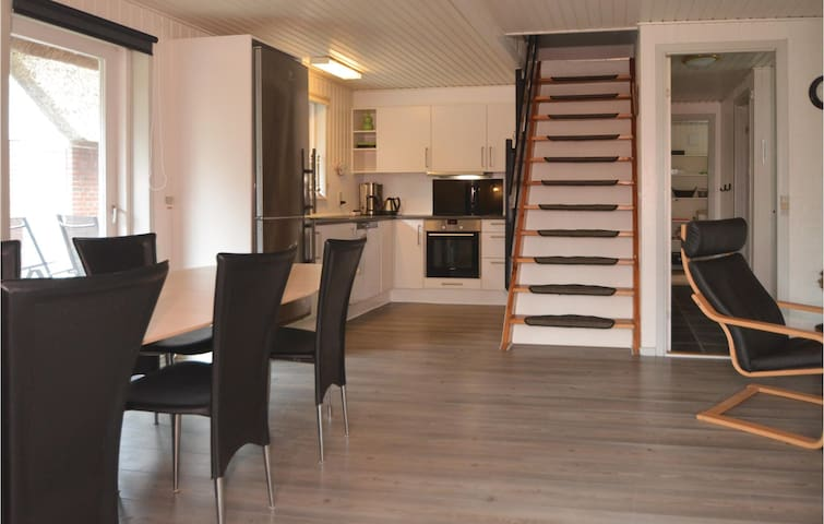 Holiday cottage with 4 bedrooms on 108m² in Blåvand