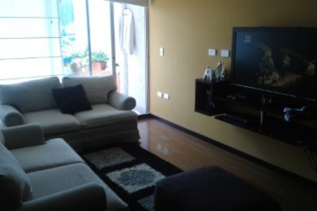 Cómoda sala con TV y dvd para disfrutar y relajarse