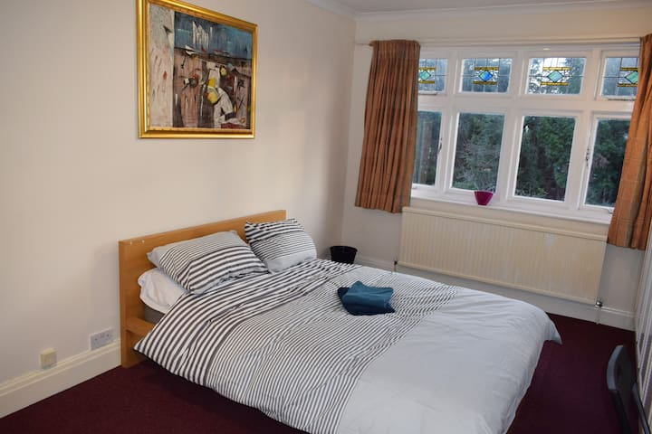 Spacious Double Bedroom: FAST WIFI & METRO LINKS - Harrow