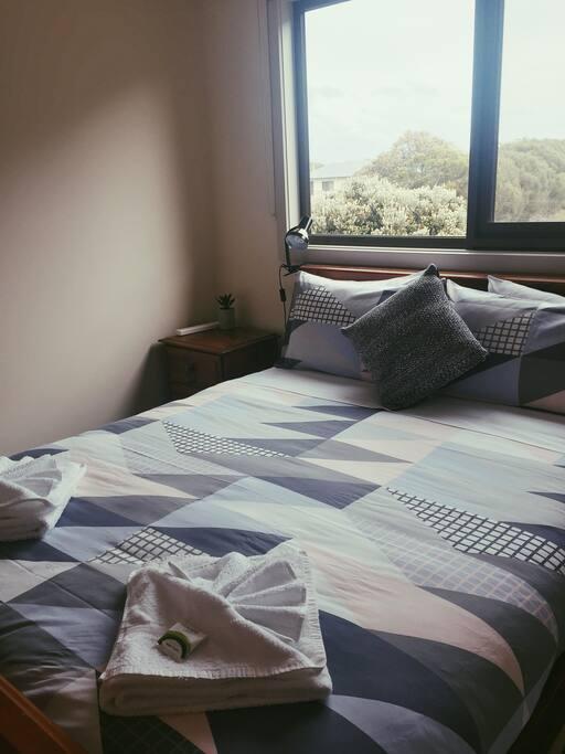 Queen bed/private bedroom