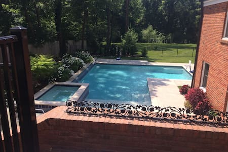 Beautiful 6BD Ladue home w/ hottub - Ev