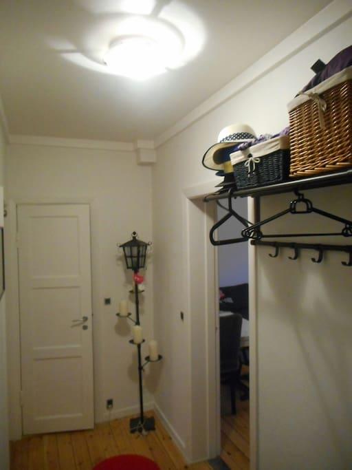 Hallway/Hangers/Bathroomdoor