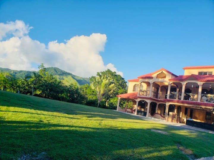 Villa w/ Private River, Hot tub ,Roof deck & Wifi