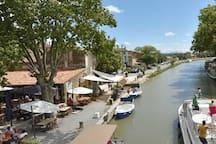 Port du Somail sur la commune de Ginestas : primeurs, péniche bio, librairie ancienne et guinguettes