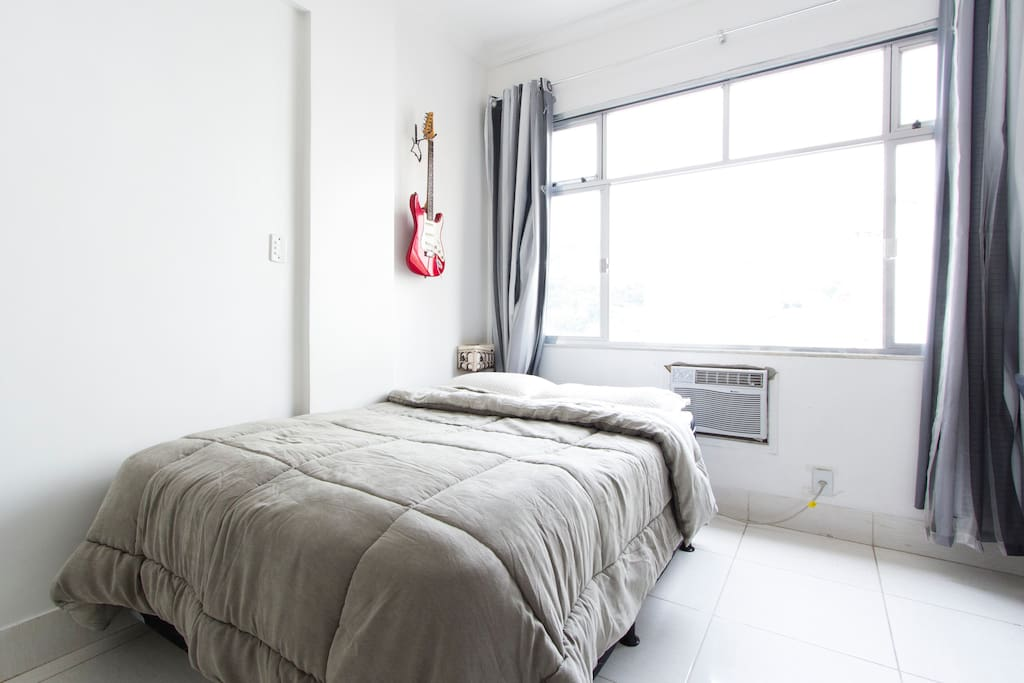 Cama de casal com colchão Ortobom de  qualidade. Ampla janela que deixa o apartamento claro e arejado. Ar-condicionado potente de 10.000 BTUs que gela o apartamento em poucos minutos.