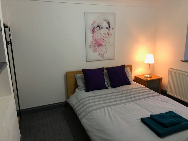 Heathrow - Double Bedroom