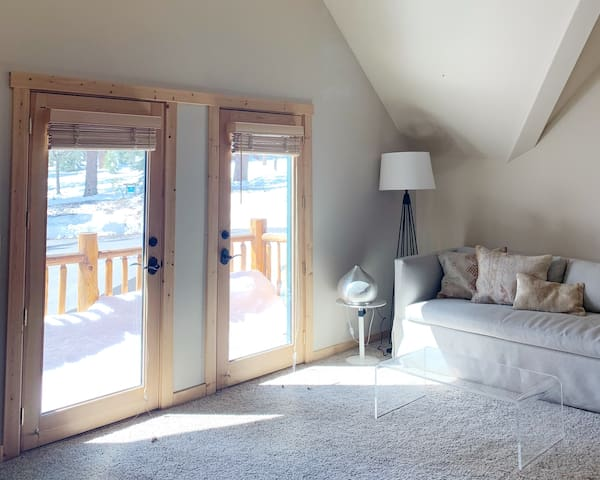 Bright & Airy Truckee Apt in quiet neighborhood.
