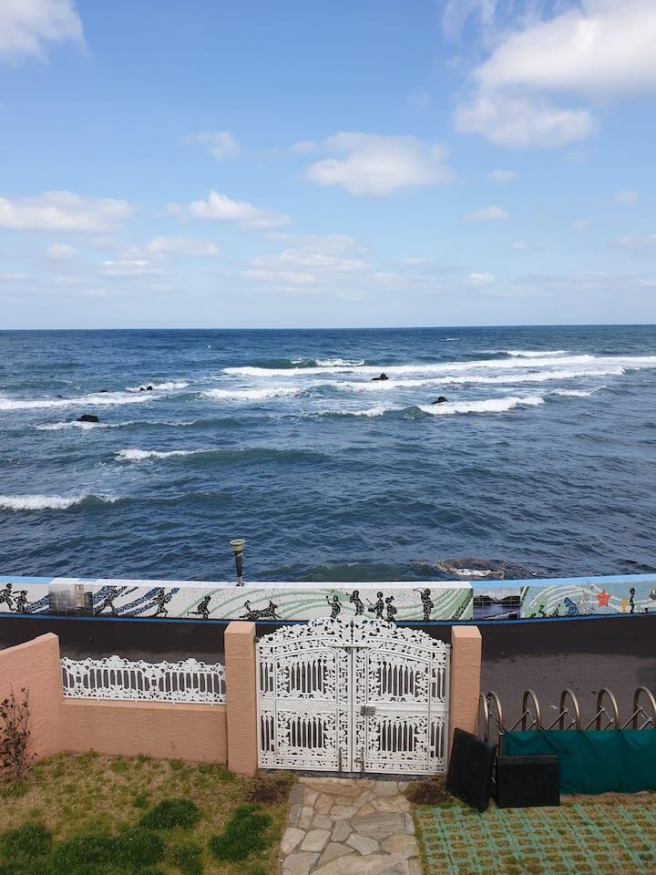 집앞이 바로 바다~2층 숙소 어느곳에서도 막힘없는 바다 오션뷰~~~ 비가 와도 무드 좋아요