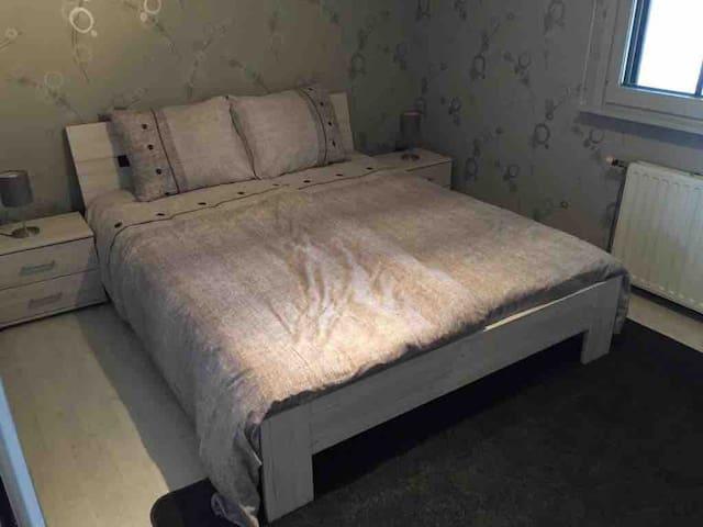 Schlafzimmer mit Doppelbett und einbauschrank.